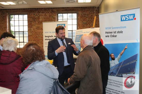 Unter anderem auch das neue Solardächer-Programm der Wuppertaler Stadtwerke interessierte viele Besucher der 2. Cronenberger Solarmesse.   Foto: Meinhard Koke