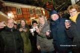Ohne Regenschirm schmeckten am Abend Glühwein und Punsch auf dem 3. Hüttenzauber wieder richtig gut. | Foto: Meinhard Koke