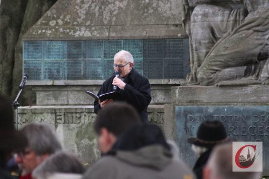 Ulrich Weidner, Pfarrer im Ruhestand der Evangelischen Gemeinde Cronenberg, hielt die Ansprache zur Dörper Gedenkstunde 2019 am Volkstrauertag.   Foto: Meinhard Koke