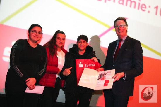 """Sparkassen-Chef Günter Wölfges mit dem """"ausgezeichneten"""" Planspiel-Schüler-Team """"Tarik macht Auge"""" vom Carl-Fuhlrott-Gymnasium.   Foto: Meinhard Koke"""