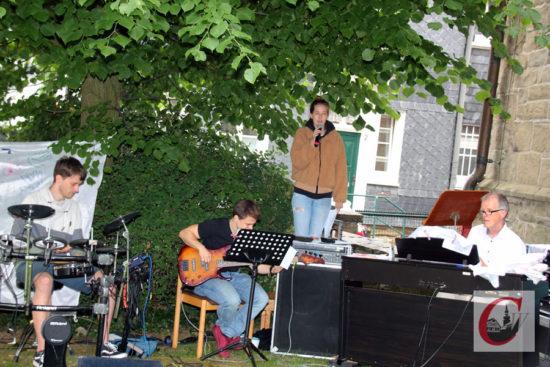 Bandmitglieder der Musicalgruppe Spell'88 und Kantor Martin Ribbe sowie Sängerin Johanna Ribbe begleiteten den ersten sonntäglichen Sommer-Gottesdienst 2020 der Evangelischen Gemeinde Cronenberg. | Foto: Matthias Müller