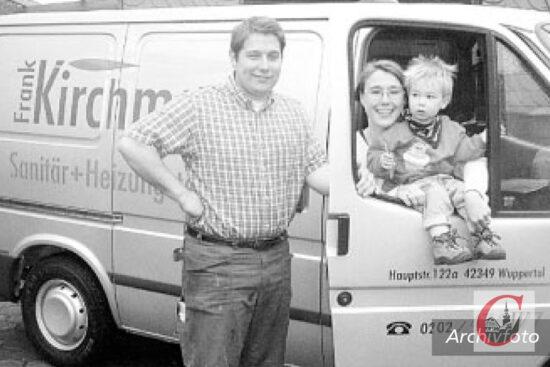Vor 20 Jahren machten wir zur Eröffnung des Unternehmens ein ähnliches Foto – im Firmen-Ford nahm damals ebenfalls Kirchmann-Sohn Jonas Platz – allerdings war er seinerzeit gerade einmal einJahr alt...