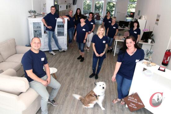 Jasmin und Raphael Behne mit ihrem Mitarbeiter-Team in ihren neuen Firmen-Räumlichkeiten am Rathausplatz 6 in Cronenberg. | Foto: Meinhard Koke
