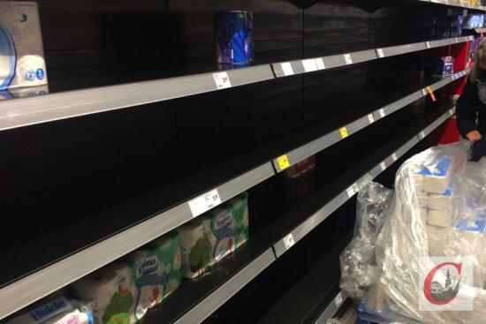 Als wären die Uhren schon zurückgestellt worden: Wie vor einem halben Jahr präsentieren sich die Supermarkt-Regale, in denen sonst das Toilettenpapier bereitsteht, wieder leergekauft – die stigenden Corona-Zahlen sorgen erneut dafür, dass Klopapier gehamstert wird.   Foto: Meinhard Koke