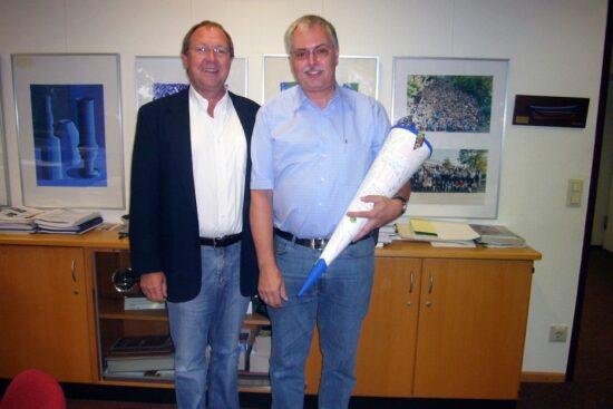 …und bei seiner Begrüßung am CFG vor fast 13 Jahren mit dem damaligen Schulleiter Karl W. Schröder (Foto li.). | Fotos: privat/CFG