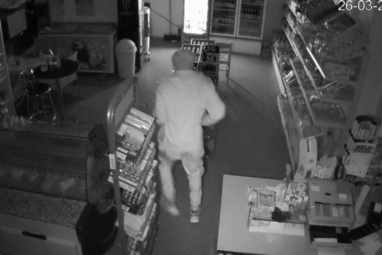 Das Foto aus der Überwachungskamera zeigt den mutmaßlichen Einbrecher in dem Kiosk am Klever Platz. Das vollständige Video der Überwachungskamera soll von dem Betreiber des Kiosks bereits in den sozialen Medien veröffentlicht worden sein. | Foto: Staatsanwaltschaft Wuppertal