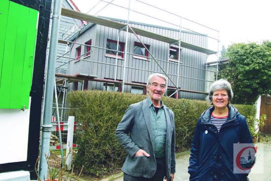 """""""Kleinhäuslebauerin"""" Christine Nordmann mit Friedrich W. Figge, der als Architekt und guter Nachbar bei dem Tiny-House-Projekt unterstützte.   Foto: Meinhard Koke"""