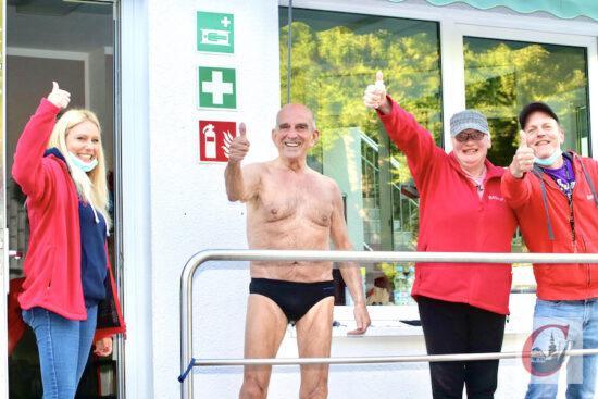 Daumen hoch! Frühschwimmer Dr. Friedrich Biermann (2.v.l.) lud das SVN-Team spontan zu einem Essen ein.   Foto: Meinhard Koke