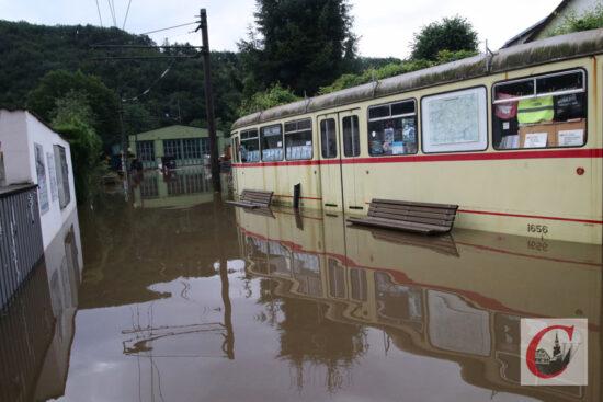 Erst vom Lockdown hart getroffen, jetzt auch noch vom Hochwasser: der Betriebshof der Bergischen Museumsbahnen an der Kohlfurther Brücke. | Foto: Meinhard Koke