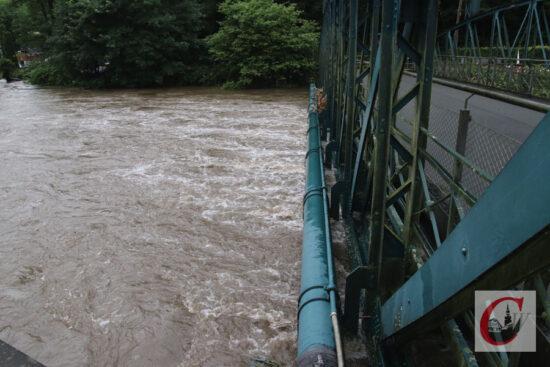Nur wenige Zentimeter über den Wupper-Fluten: die Gasleitung entlang der Kohlfurther Brücke.   Foto: Meinhard Koke