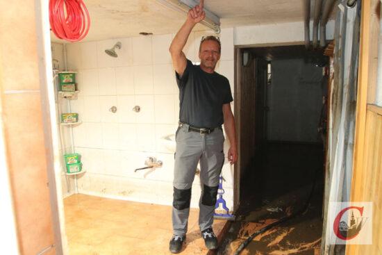 Bis hier hin stand das Wasser: Marco Brenner im Keller seines Hauses, wo eine Sauna, Dusche oder auch die Heizung untergebracht war – alles zerstört. Seine benachbarte Firma Edmund Czasch GmbH wurde ebenfalls stark geschädigt, hier laufen aber die ersten Maschinen bereits wieder.| Foto: Meinhard Koke