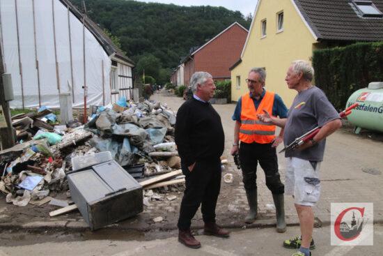 CDU-Bundestagsabgeordneter Jürgen Hardt (li.) vor Ort mit Cronenbergs CDU-Chef Holger Reich (mi.) und Anwohner Wolfgang Wandel, der die Hilfe in den vergangenen Tagen in der Kohlfurth koordinierte. | Foto: Meinhard Koke