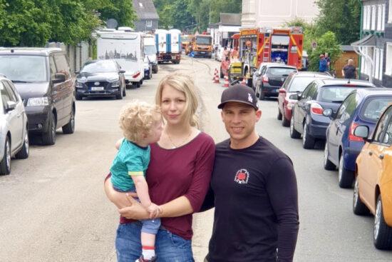 Lara und Ruben Altmeier an der Straße Kohlfurther Brücke: Die junge Familie hat eine Spendenaktion für die Hochwasser-Geschädigten in der Kohlfurth gestartet. | Foto: privat