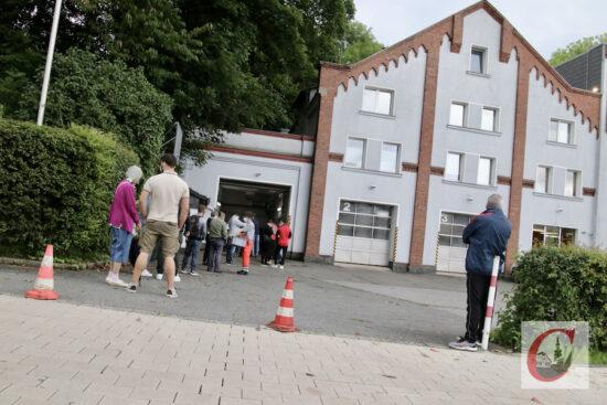 Auch vor dem Löschhaus der Freiwilligen Feuerwehr Cronenberg bildete sich zu der Aktion eine Schlange von Impfwilligen.   Foto: Meinhard Koke