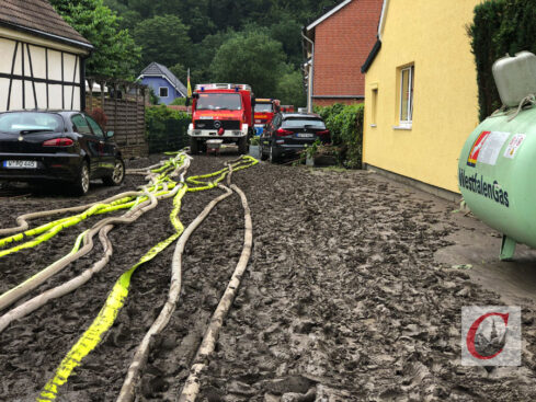 Nachdem das Hochwasser gewichen ist: die Straße Kaltenbachweg neben dem Betriebshof der Bergischen Museumsbahnen in der Kohlfurth. | Foto: Oliver Grundhoff