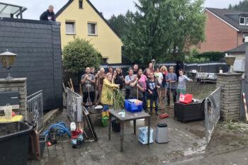 Einige der Helfer, die zwei Tage nach dem verheerenden Starkregen-Hochwasser bei den Aufräumarbeiten in der Kohlfurth mit anpacken. | Foto: Wolfgang Wandel
