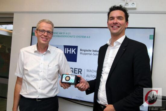 """Initiator Dr. Andreas Groß, Chef der Berger-Gruppe in der Kohlfurth, und IHK-Präsident Henner Pasch (re.) stellten das Konzept für das """"Bergische Hochwasserschutz-System 4.0"""" vor.   Foto: Meinhard Koke"""