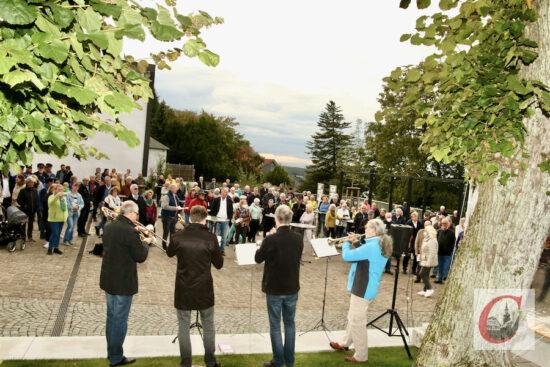 """Zahlreiche Gäste hörten zu, als der Bläserkreis der Evangelischen Gemeinde Cronenberg die Einweihungsfeierlichkeit für den """"Platz für alle"""" musikalisch eröffnete.   Foto: Meinhard Koke"""