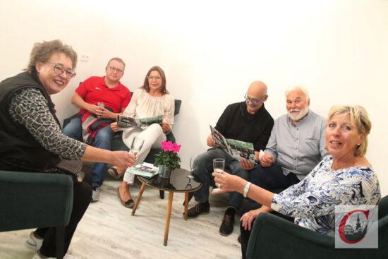 Fühlten sich in der neuen Lounge-Ecke des RSC-Clubheims sichtlich wohl: einige der treuen Sponsoren des RSC Cronenberg. | Foto: Meinhard Koke